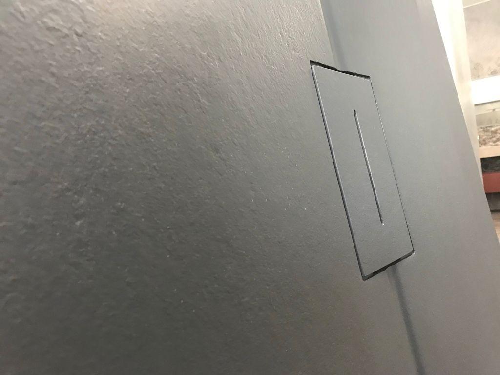 Piatti doccia in resina su misura, colore antracite, piletta centrale in tinta, Idrosanitaria Lecco